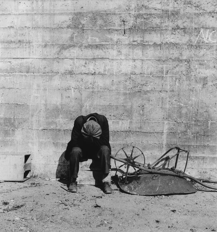 Dorothea Lange,  Man Beside Wheelbarrow , San Francisco, California, 1934, cm 37,5x40, framed cm 55x55