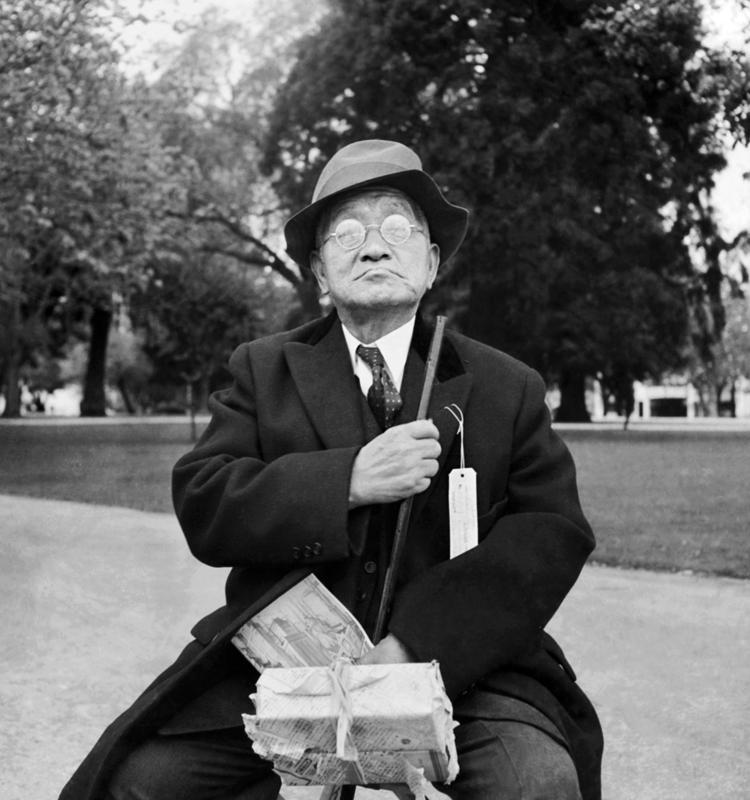 Dorothea Lange,  Japanese Man Wearing Hat , Parcel in Hand, California, 1942, cm 37,5x40, framed cm 55x55