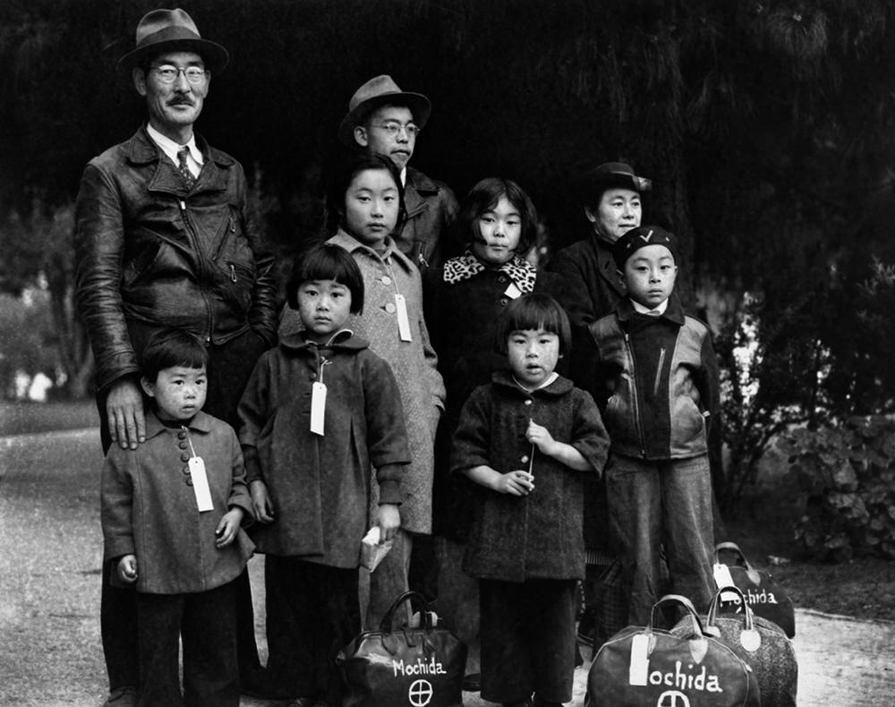 Dorothea Lange,  Japanese Family Wearing Identification Tags , Hayward, California, 1942, cm 31,6x40, framed cm 55x55