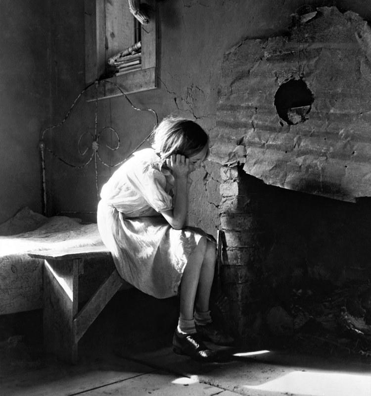 Dorothea Lange,  Resettled Farm Child     from Taos Junction to Bosque Farms Project,  New Mexico, 1935, cm 37,5x40, framed cm 55x55
