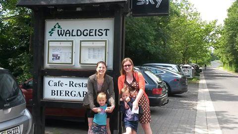 Familie beim Restaurantschild.jpg