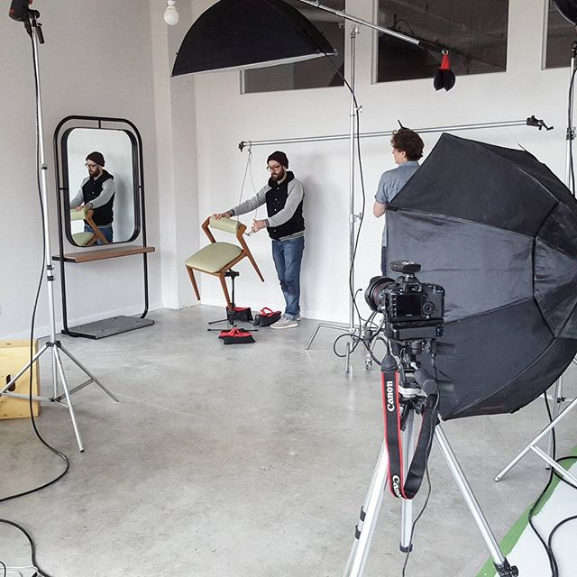 On shoot le mobilier dessiné pour notre nouveau projet... merci aux boys du @Lequartier // Shooting  the furniture we designed for our latest project... thanks to the guys @Lequartier  #furniture #furnituredesign #F&Y #lescoiffeuses #st-laurent #mtldesign #mobilier #lamaine #designmontreal #handmade #montreal #montrealdesign #photoshoot #lequartier