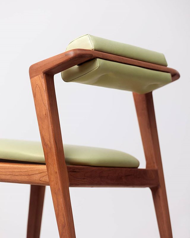 La chaise que nous avons développer pour notre projet du Shinji Bar sur la rue Notre-Dame.  Cerisier & Cuir Végétal - fait main à Mtl // The chair we designed for our project Shinji Bar on Notre-Dame street.  Cherry Wood & Vegan Leather - handmade in Mtl  design et production par F&Y  #designmontreal #designMTL #mobilier #furnituredesign #furniture #chairdesign  #chair #handmade #wood #leather #veganleather #cherrywood
