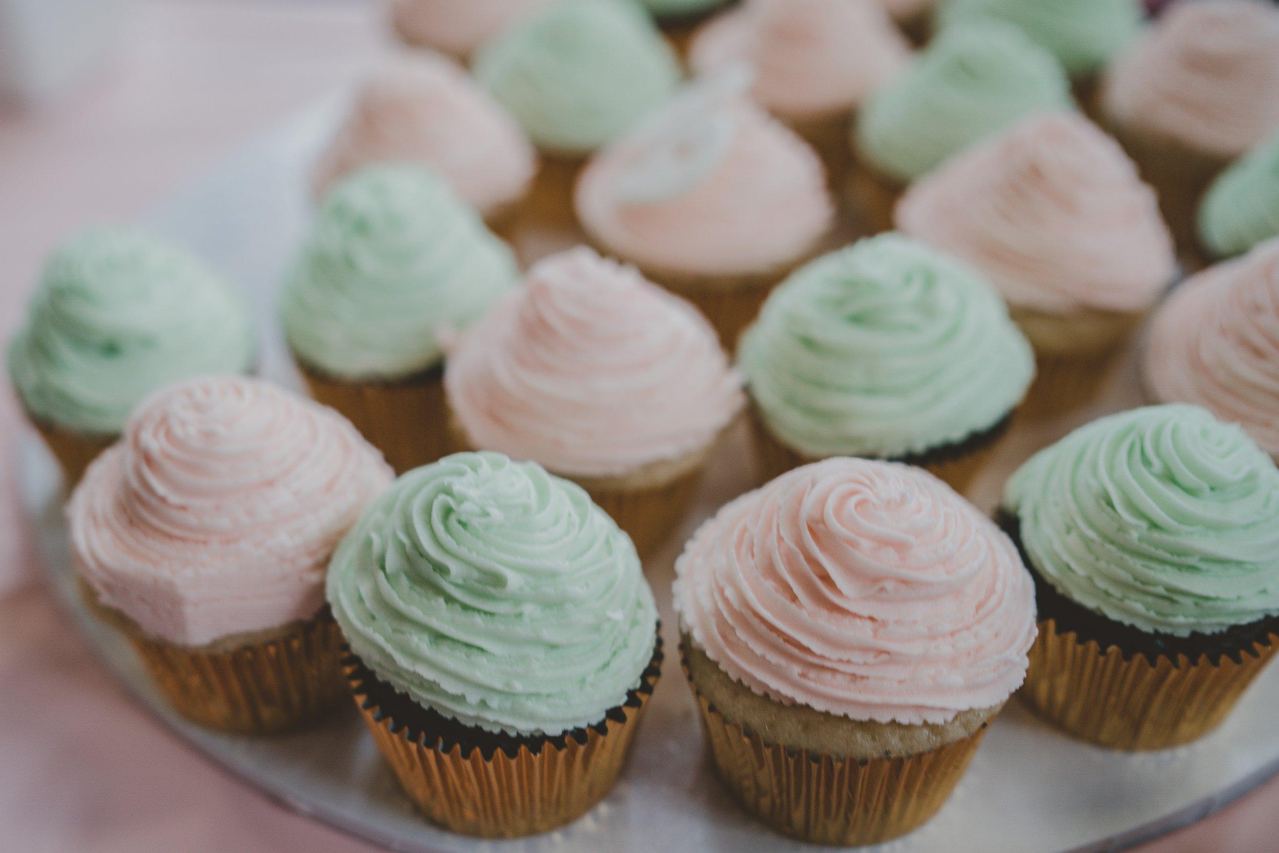 Vil du gerne servere kage, men ikke invitere folk til at spise at spise for meget? Så kan mini-cupcakes være en god idé. Foto af Rod Long via Unsplash.