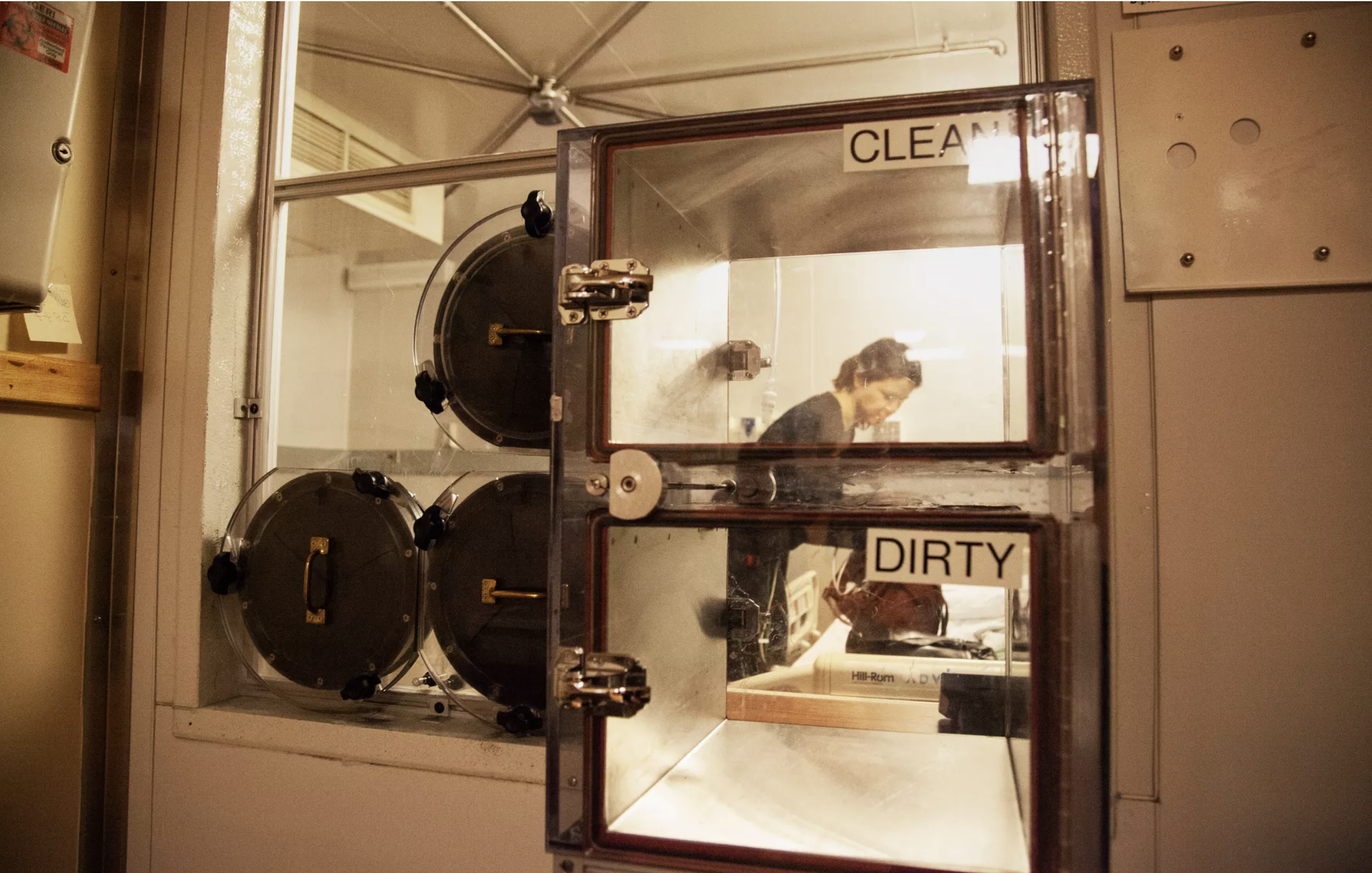 Et billede udefra af et metabolisk kammer, hvor man kan kontrollere og måle alt hvad forsøgsdeltagerne foretager sig, der tilfører eller forbruger energi. Billedet er lånt fra  denne artikel .