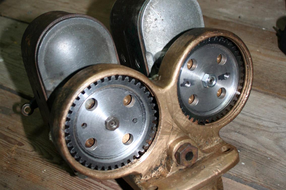 Nydreide tannhjul til magnetene. Via tannhjul i apparatet blir de drevet av et felles tannhjul på veivakslingen.