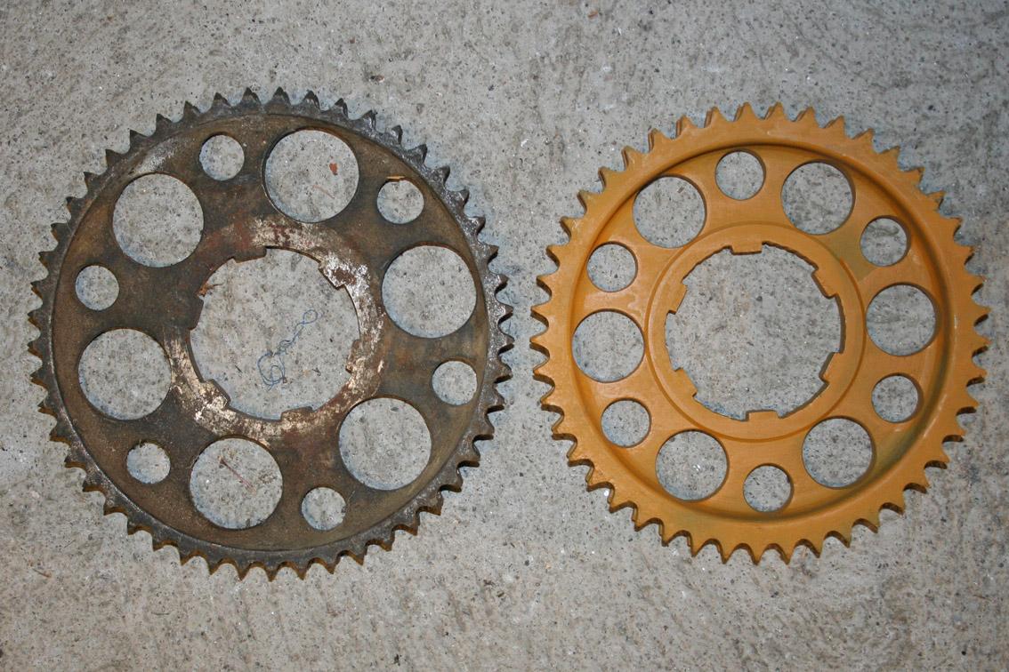 2 bakhjulsdrev, det gule satt på hjulet som ble funnet i 1994. Drevene har to sett med tenner for dobbelt kjedetrekk!