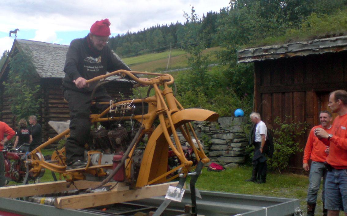 Danske Frilev på 83 spratt opp på sykkelen. Larsen var nok et par nummer større. Kurt Dale og Knut Rudihaugen til høyre fikk også med seg øyeblikket