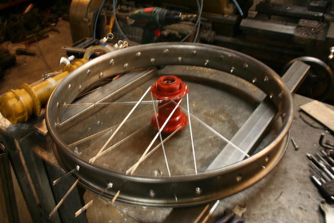 Oddmund Stensrud bygget opp hjulene. For å være sikker på hullplasseringen laget han denne testfelgen.