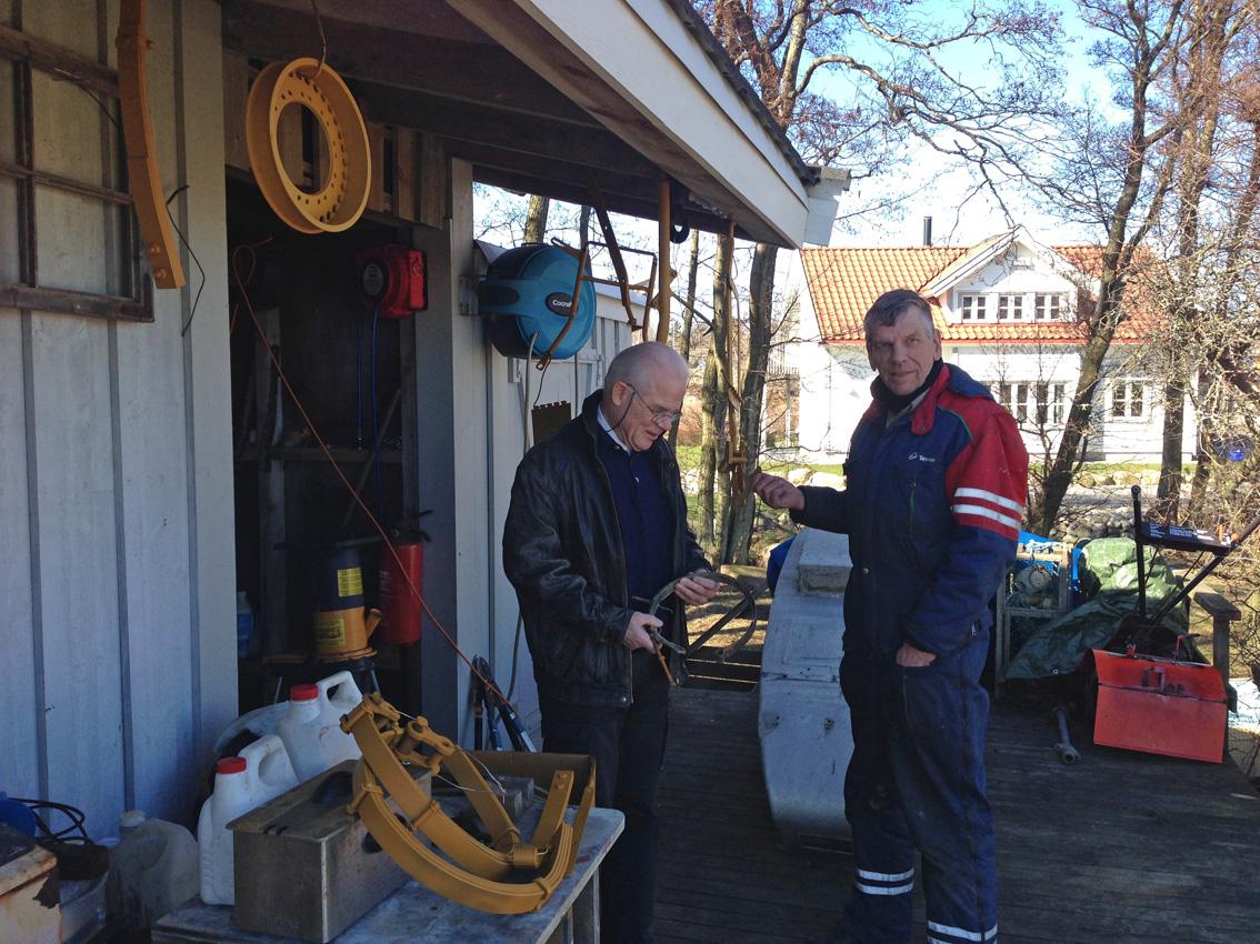 Kjell og Bjørn G. på Asmaløy 2.april 2015. Restaurerte og nylagde deler til sidevognatil tørk etter behandling med påskegul grunning.