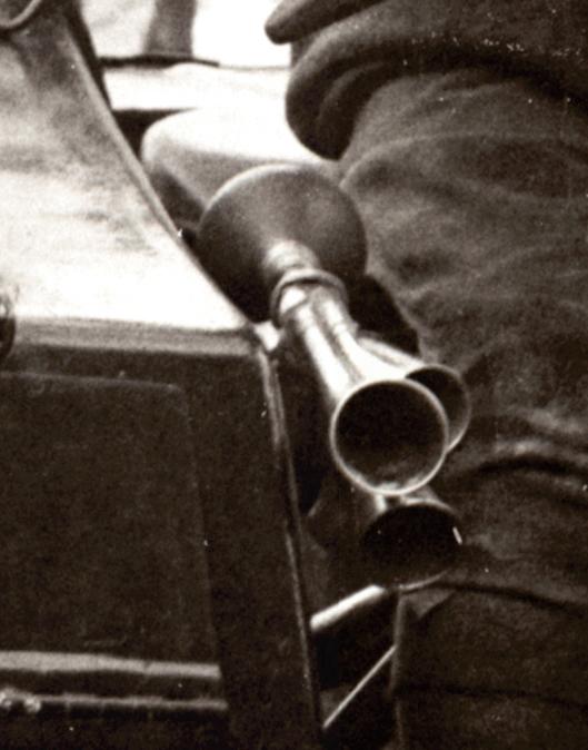 Utklipp fra gammelt bilde. Mellomstykket i messing foran på belgen er funnet senere, se lengre ned.