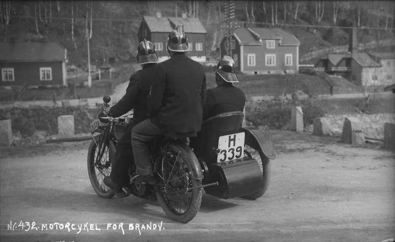 Rjukan brannvesen (naboen til sentralverkstedet) under brannsjef Olaf Berg tok i bruk et motorsykkelkorps med lokalt preppede Indian PP sidevognsykler i 1919. Noe av spesialutstyret disse hadde var som Spanjola en alumiumskasse bak på sidevogna. Sylinderne til Spanjola er nettopp to sett til Indian PP 1919 modell, kan det være en sammenheng? Brannvesenet bestilte forøverig FWD lastebilchassis i 1920, og bygget det opp til brannbil lokalt.
