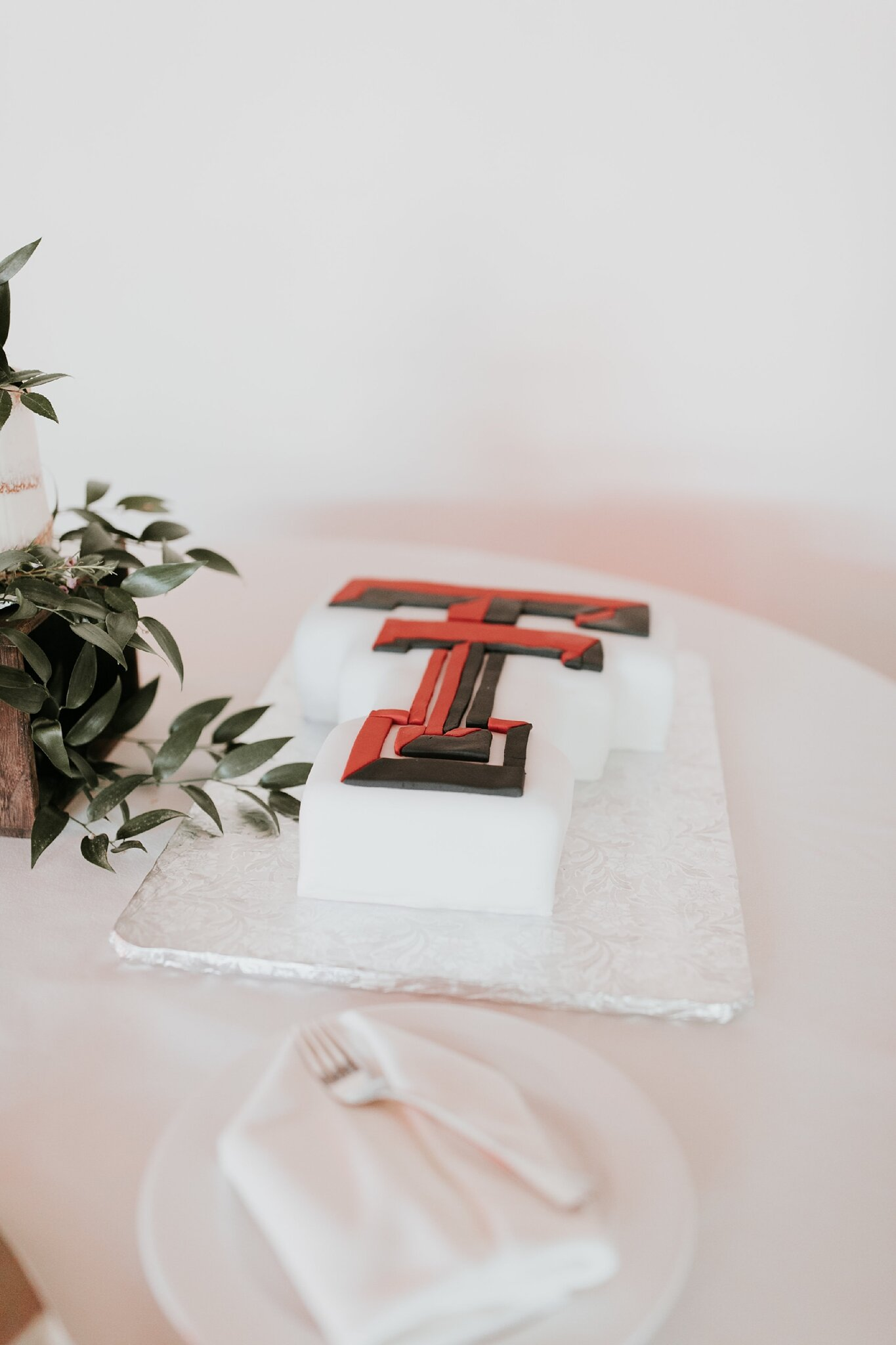 Alicia+lucia+photography+-+albuquerque+wedding+photographer+-+santa+fe+wedding+photography+-+new+mexico+wedding+photographer+-+new+mexico+wedding+-+wedding+-+wedding+cakes+-+flroal+cake+-+santa+fe+cake+-+santa+fe+baker_0015.jpg
