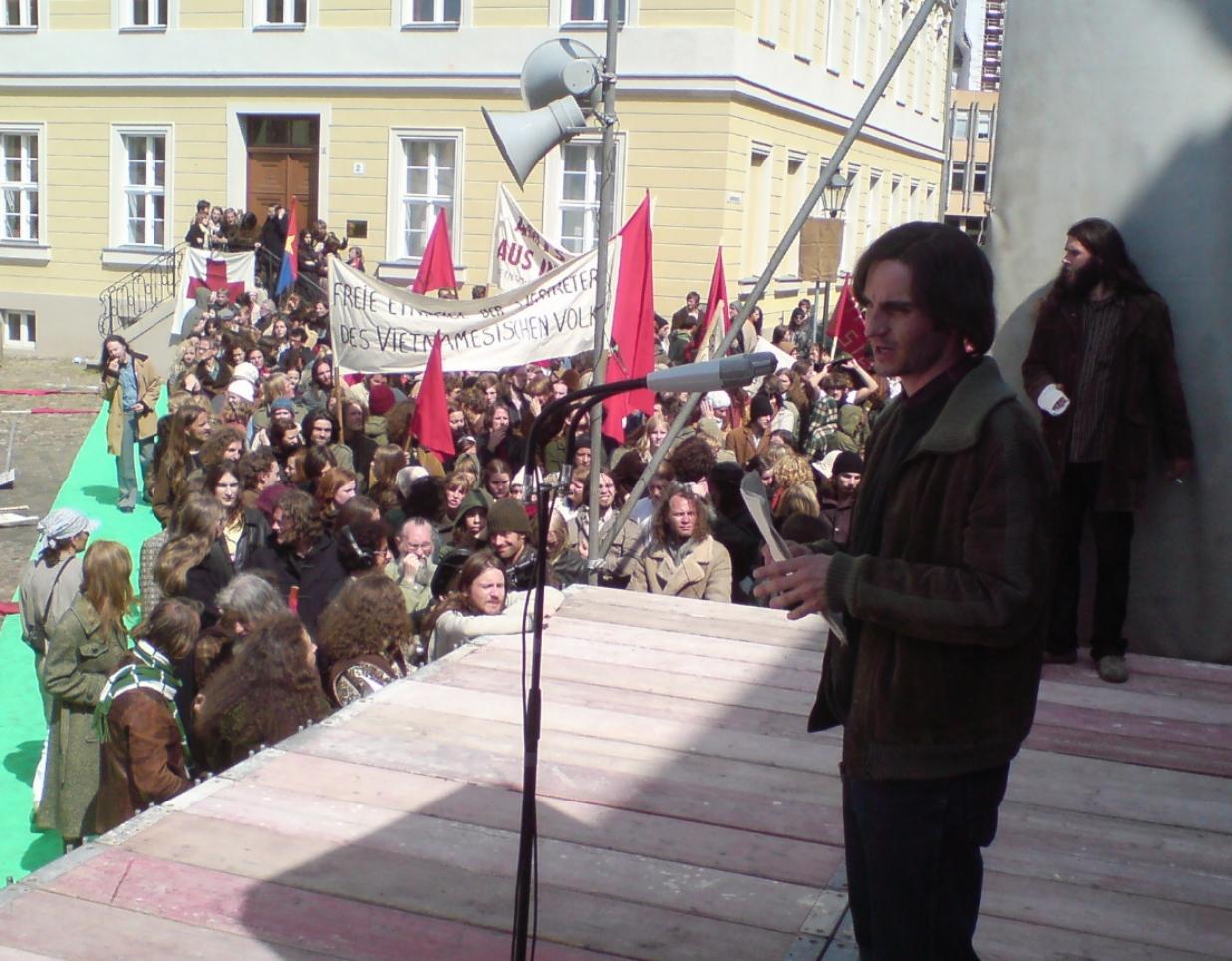 Rudi (Christoph Bach) übt seine Ansprache.  Foto: Marc Zwinz