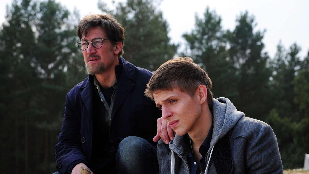Claus Jansen (Tobias Moretti) entfernt sich von seinem Sohn Sebastian (Merlin Rose)