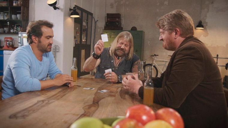 Trinken Apfelsaft und spiel'n Quartett, Münchow, Schmidt und Zwinz sind nett. (Foto: NDR)