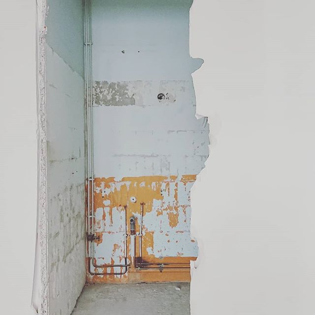 Demol still in progress... Paris XX Affaire à suivre . . . . #archi #archidaily #architecture #demolition #interiordesign #interior #interiors #intereur #design #igersarchitecture #deco #decor #decoration #canalisation #paris #paris20 #parisxx #pyr #home  @grandhuit_architecture