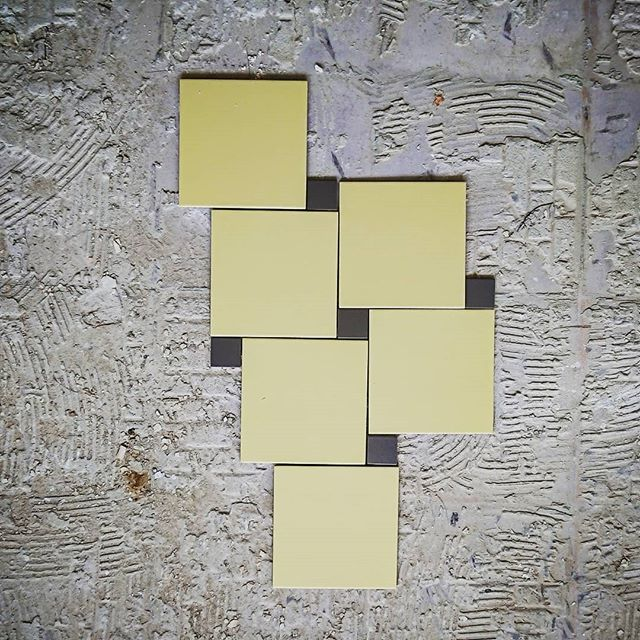 Banana ! . . . . . #carrelage #tiles #ceramics #banana #jaune #pattern #motif #archi #archidaily #deco #decor #decoration #workinprogress #travaux #paris #parisxx #paris20 #pyr #beton #porcelaine #italia #cabochon #ceramica #silicio #cesiceramica @cesi_ceramica