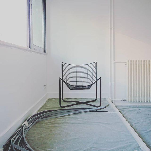 Ça se précise... Un peu #readytochill #camping . . . . #travaux #appart #appartement #flat #workinprogress #work #obras #paris #paris20 #parisxx #pyr #home #fauteuil #fil #fer #deco #decor #decoration #lignes #lines #interior #interiors #interiordesign #archi #archidaily #architecture @grandhuit_architecture #chill