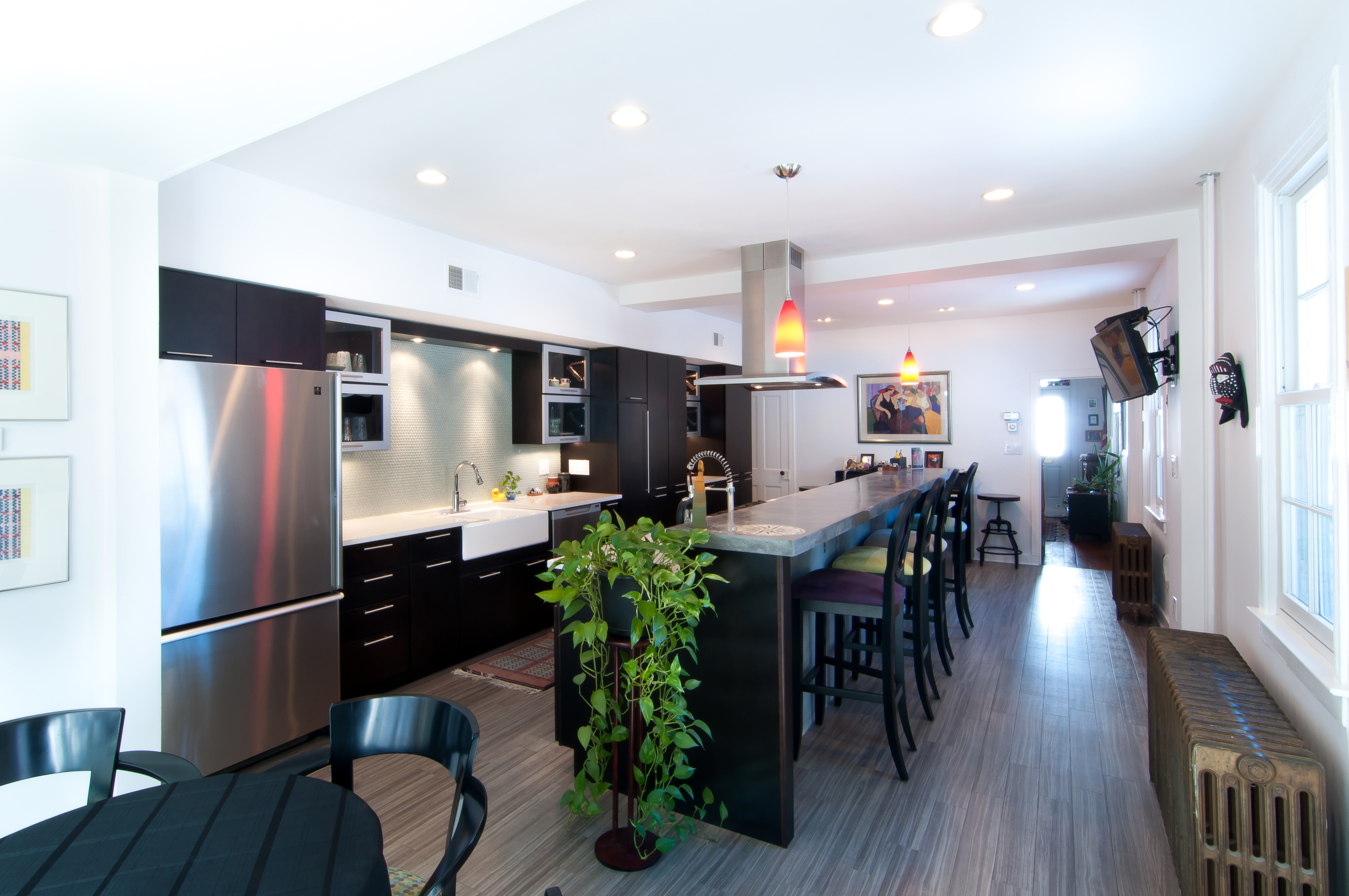 The kitchen and dining area continue the nautical theme with the gray vinyl floor.