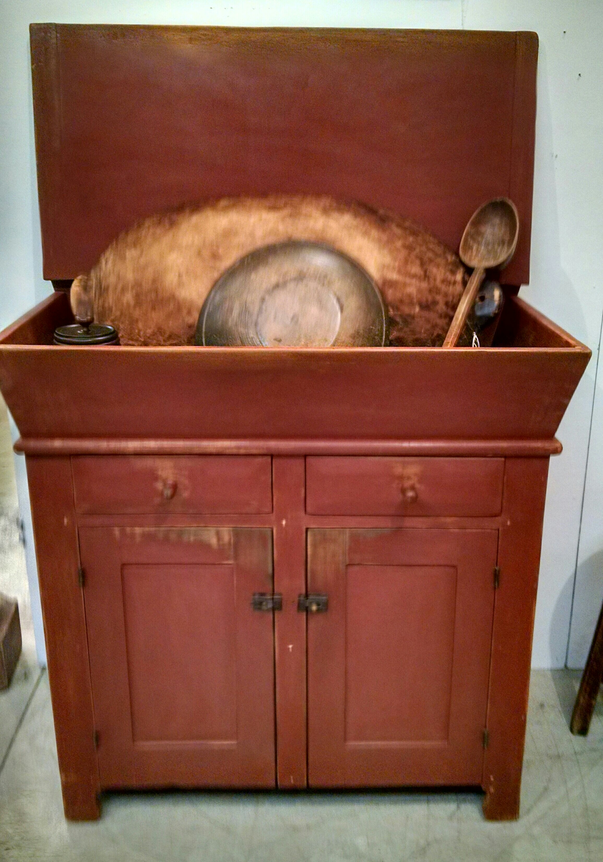 Small Early Dry Sink with Lid