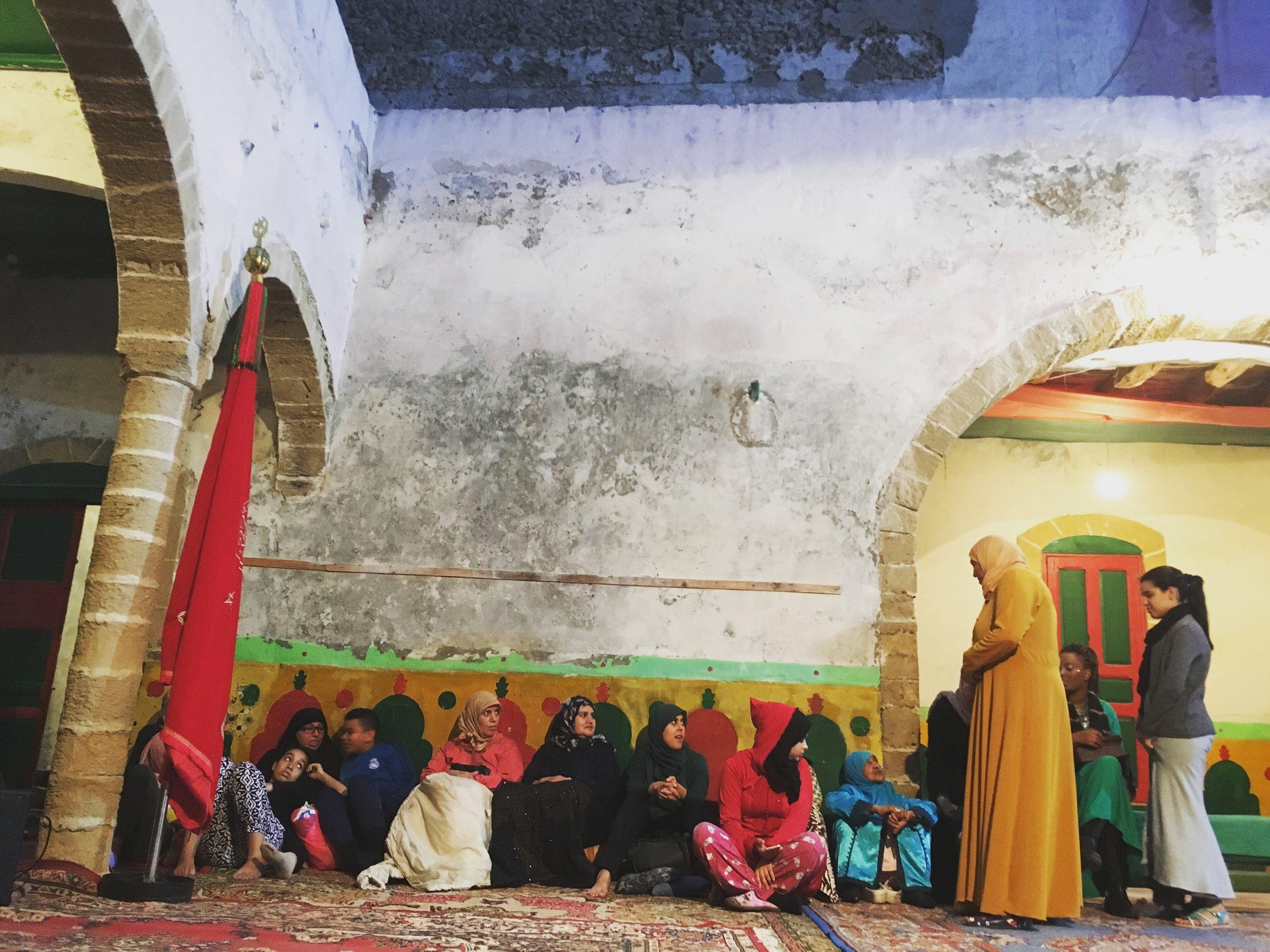 Women waiting before a Lila