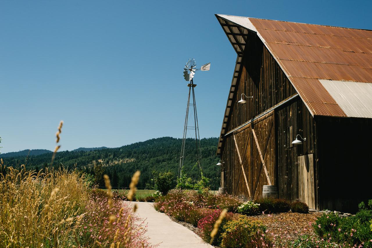 tin-roof-barn-washington-wedding-005.jpg