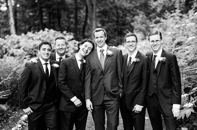 Nothin' more comfy than the shoulder of the groom.⁠ •⁠ •⁠ •⁠ •⁠ •⁠ #weddinginspiration #weddingday #weddingdress #weddingseason #bridalveillakes #oregonweddingphotographer #groomsmen #joyfulwedding #blackandwhite #bnw_society⁠