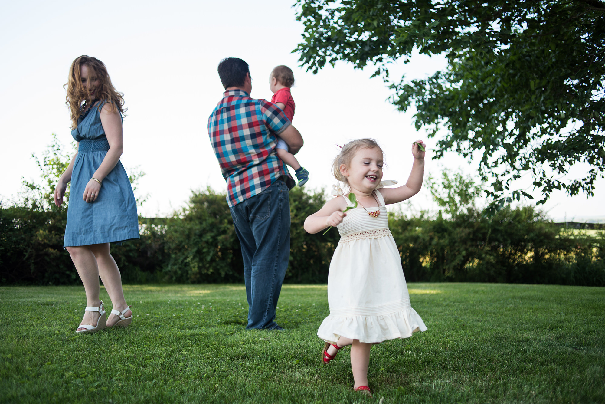 iowa farm family photographers_candid kids.jpg