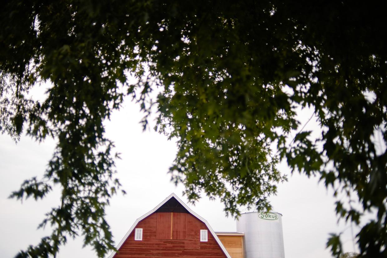 derek-sara-the-omaha-barn-ackerhurst-dairy-farm-0011-omaha-wedding-photographer-jm-studios.JPG