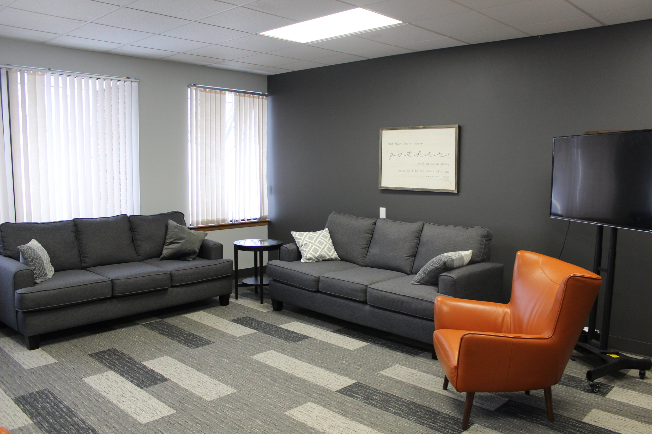 ROOM TWO - Living room like setting with comfortable couches and chairs, presentation TV, and whiteboard.Great for: meetings, classes, study groups.Accommodates up to 20 peopleCost: $20 per hour