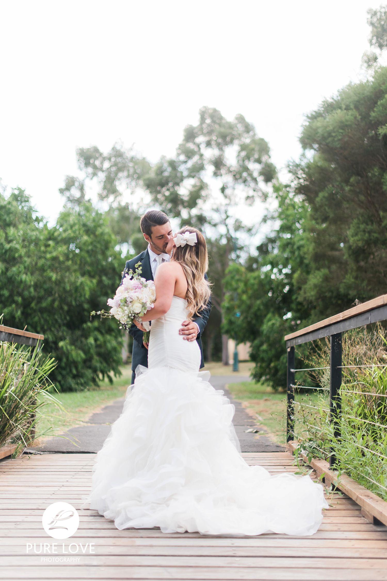 wedding photo kiss on the bridge