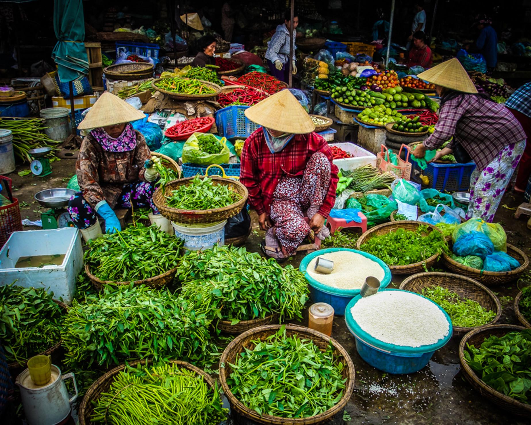 fresh-food-market-hue-vietnam_t20_e36L8a.jpg