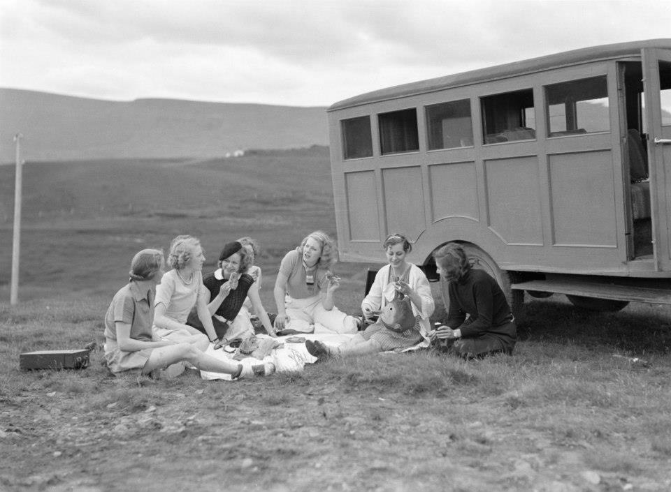 Photo of Icelandic girls by Willems van de Poll, 1934