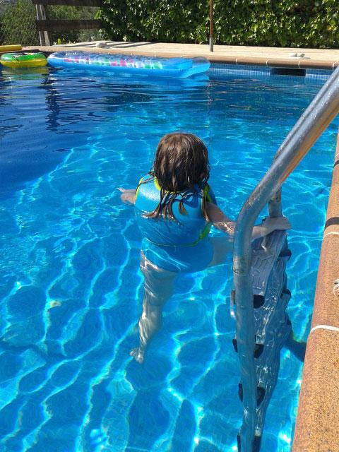 En las piscinas: cloro + pelo rubio = mejor prevenir.