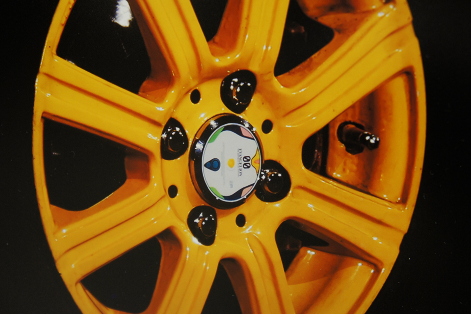 「レイ電設 」的輪胎鋼圈細部都很講究,攝影集大小的圖片很難注意到這部份。