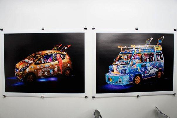 """這台""""レイ電設""""(右)據說是相當有名的Eva痛車,後來他的妹妹也做了另一台Eva痛車(左)"""