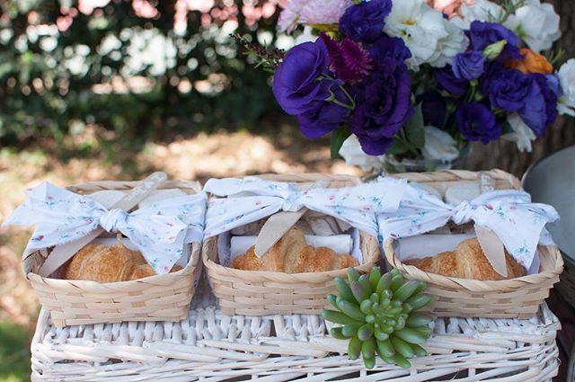 Misafirlerimize hediye olarak hazırladığımız kruvasan ve minik reçelli sepetlerimiz.🌿🍒🍓 #cocuklaramucizeler #yaseminvekaan1yasında #doğumgünü #firstbirthday #piknik #hediye #miniksepetler #recel #kruvasan 📷👉🏻 @anthonyandgloria