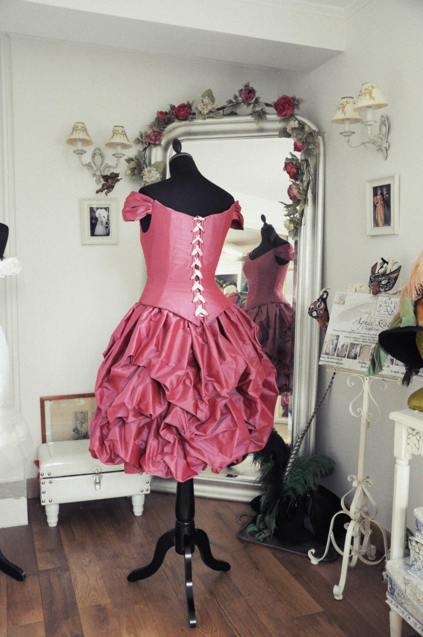 Robe de cocktail rouge en douppion de soie corsetée avec jupe bouillonnée