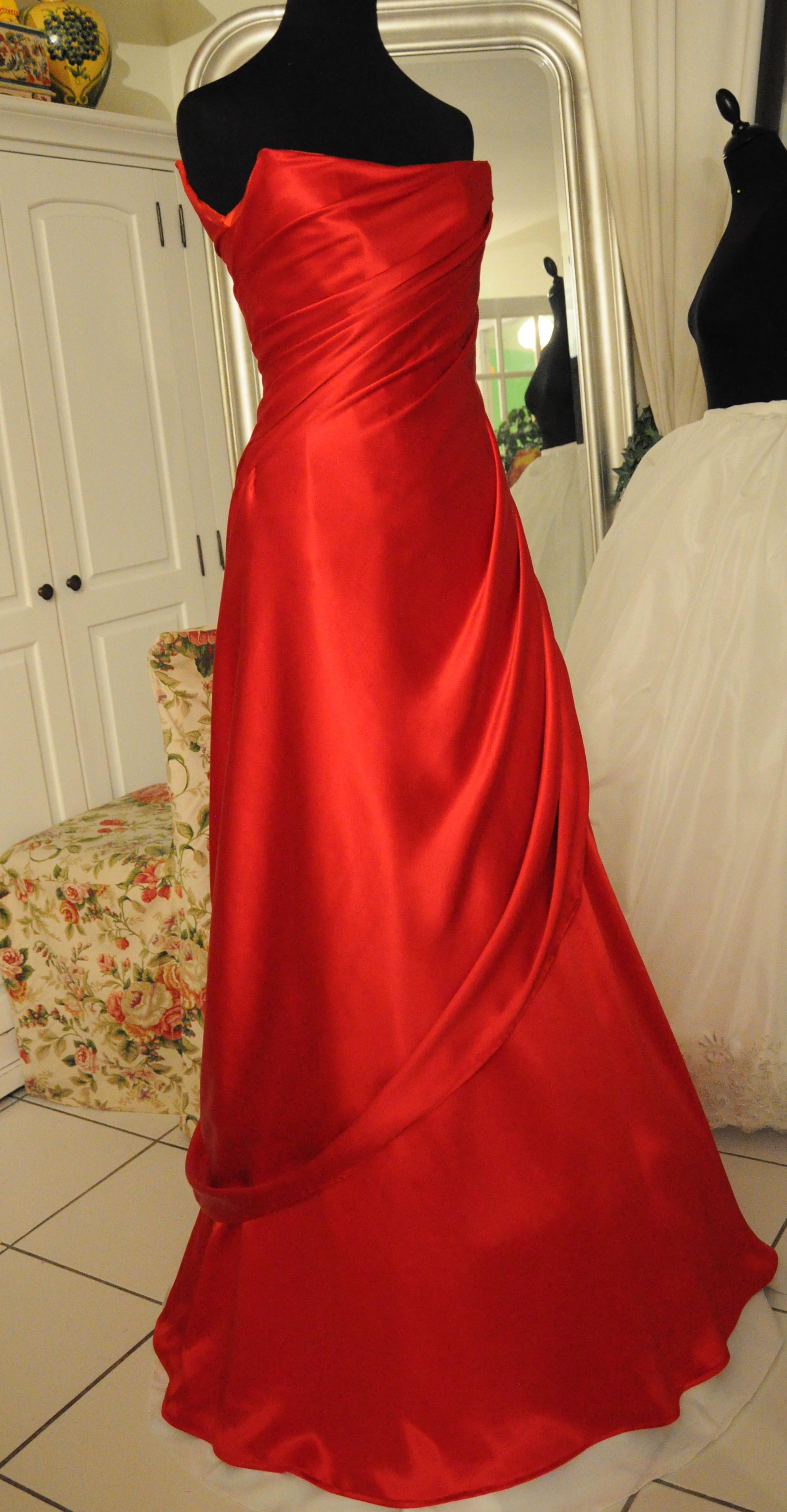 Robe du soir longue fluide drapée en drap de soie rouge