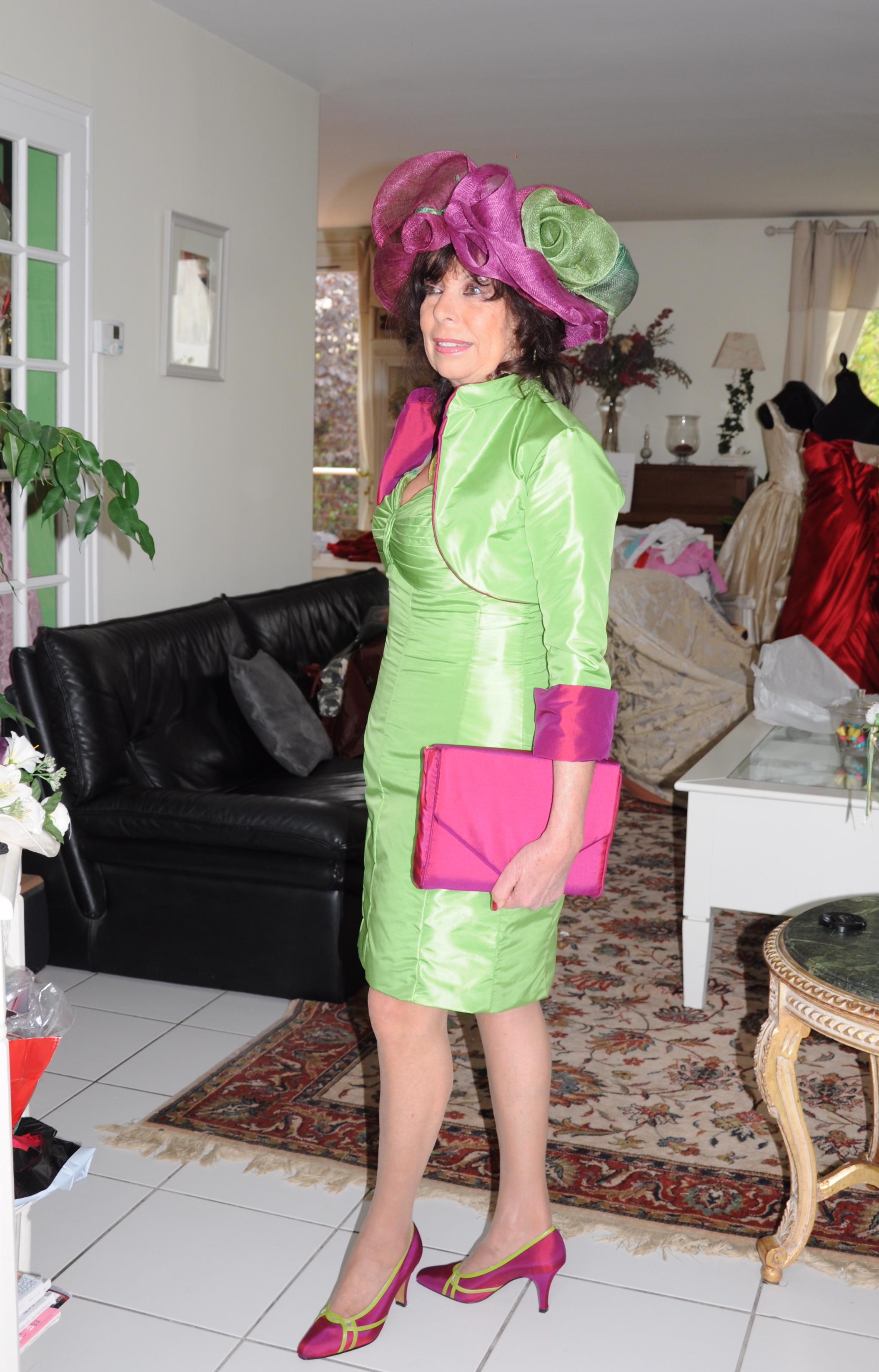 Robe en taffetas de soie et boléro assorti vert et fushia réversible, chapeau assorti sur mesure