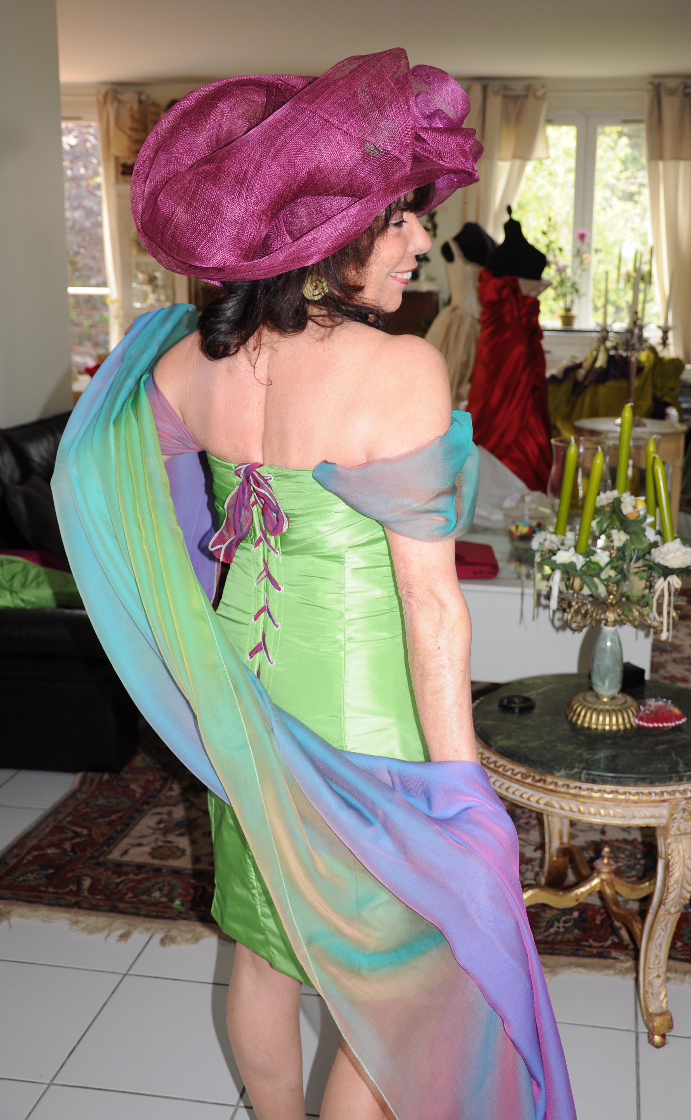 Robe de cocktail en taffetas de soie verte et mousseline de soie changeante avec étole assortie