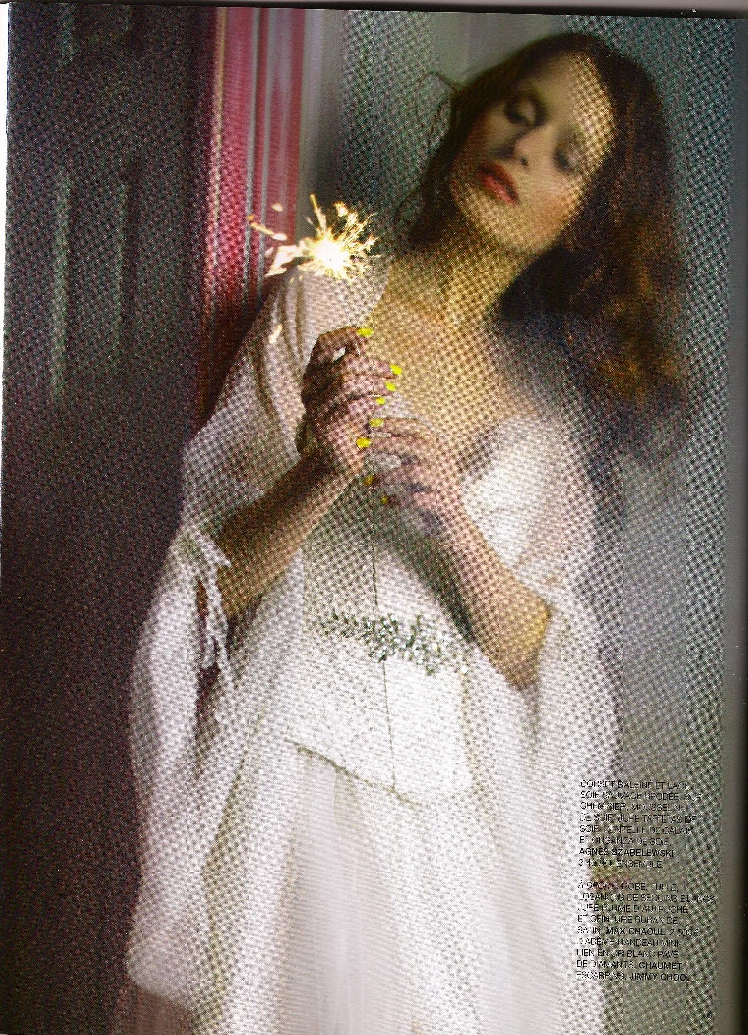 Robe de mariée romantique avec corset en soie brodée et manches en soie. Publication Oui Magazine