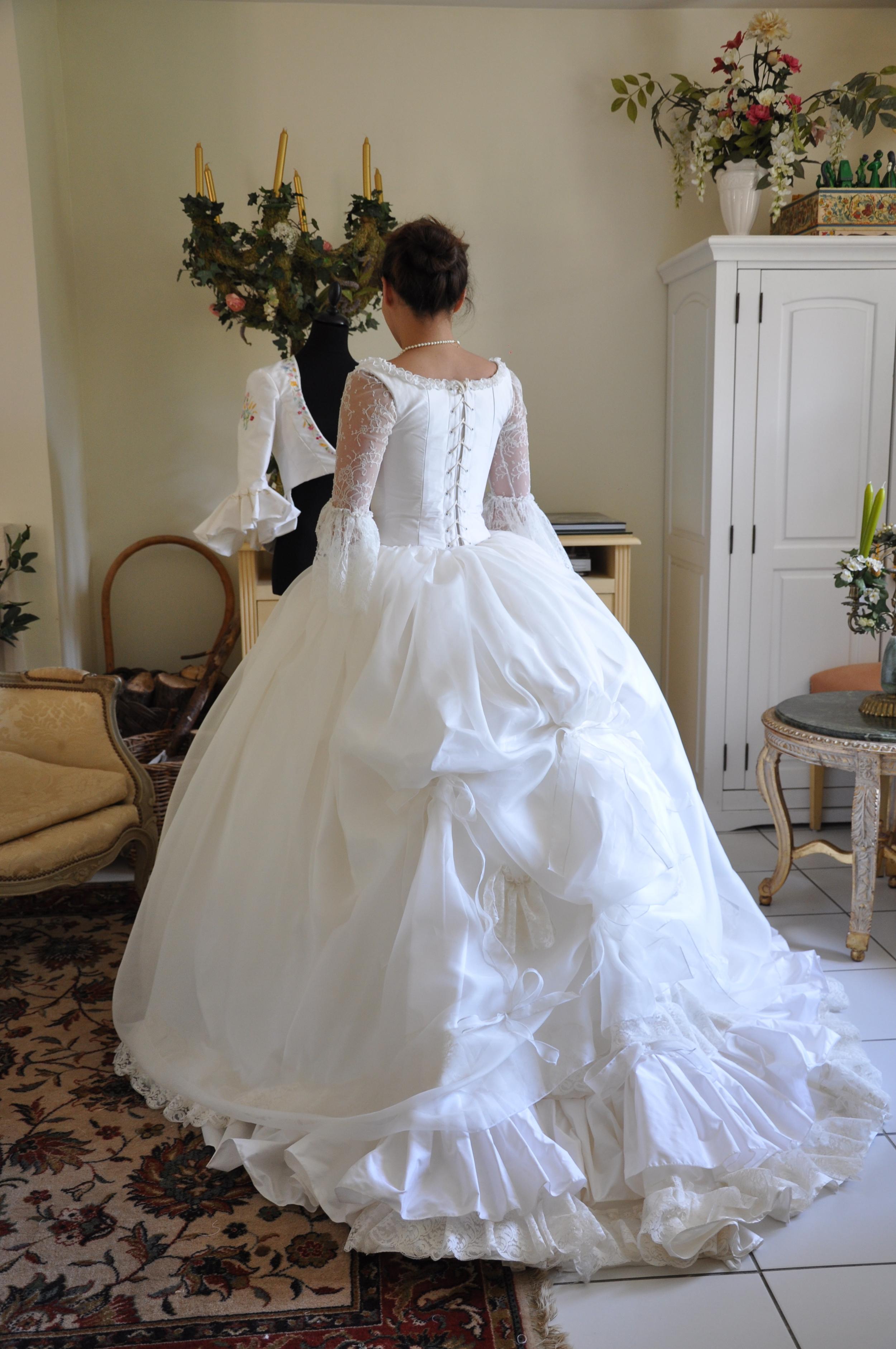 Robe de mariée en soie et dentelle de Calais avec petite traîne