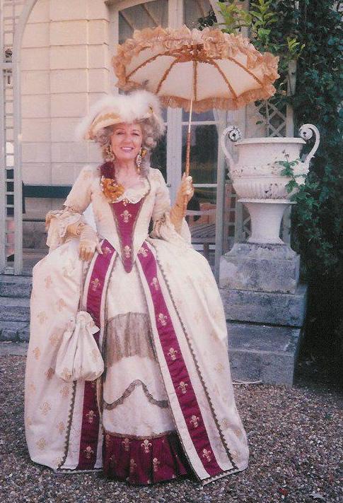 Robe Marie-Antoinette 18e siècle écrue et bordeaux