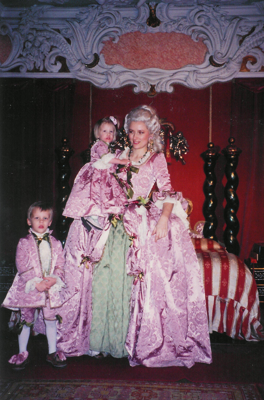 Robe Marie-Antoinette rose et costumes d'enfants 18e siècle