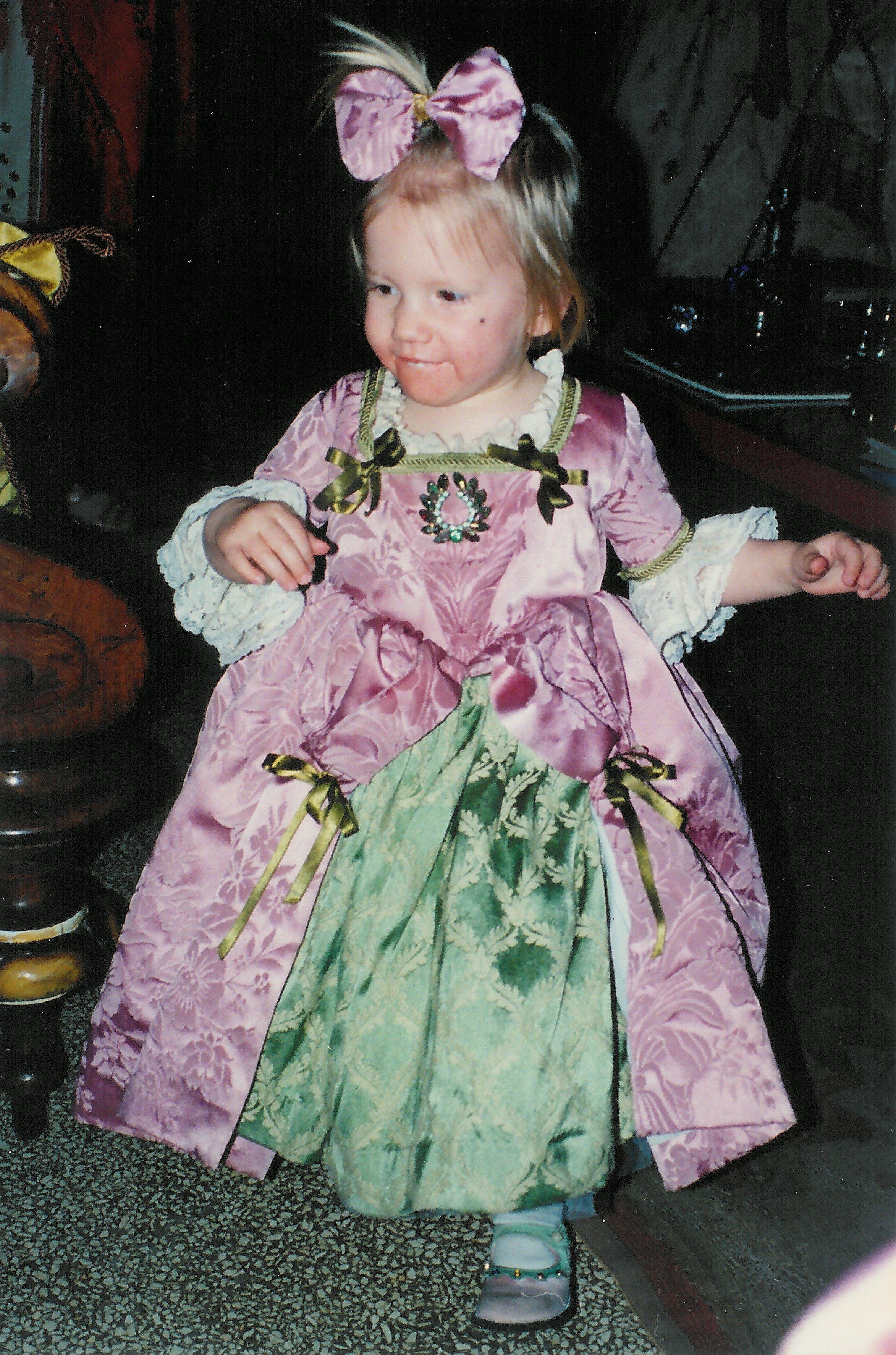 Robe XVIIIe siècle pour petite fille tissu broché rose et vert.