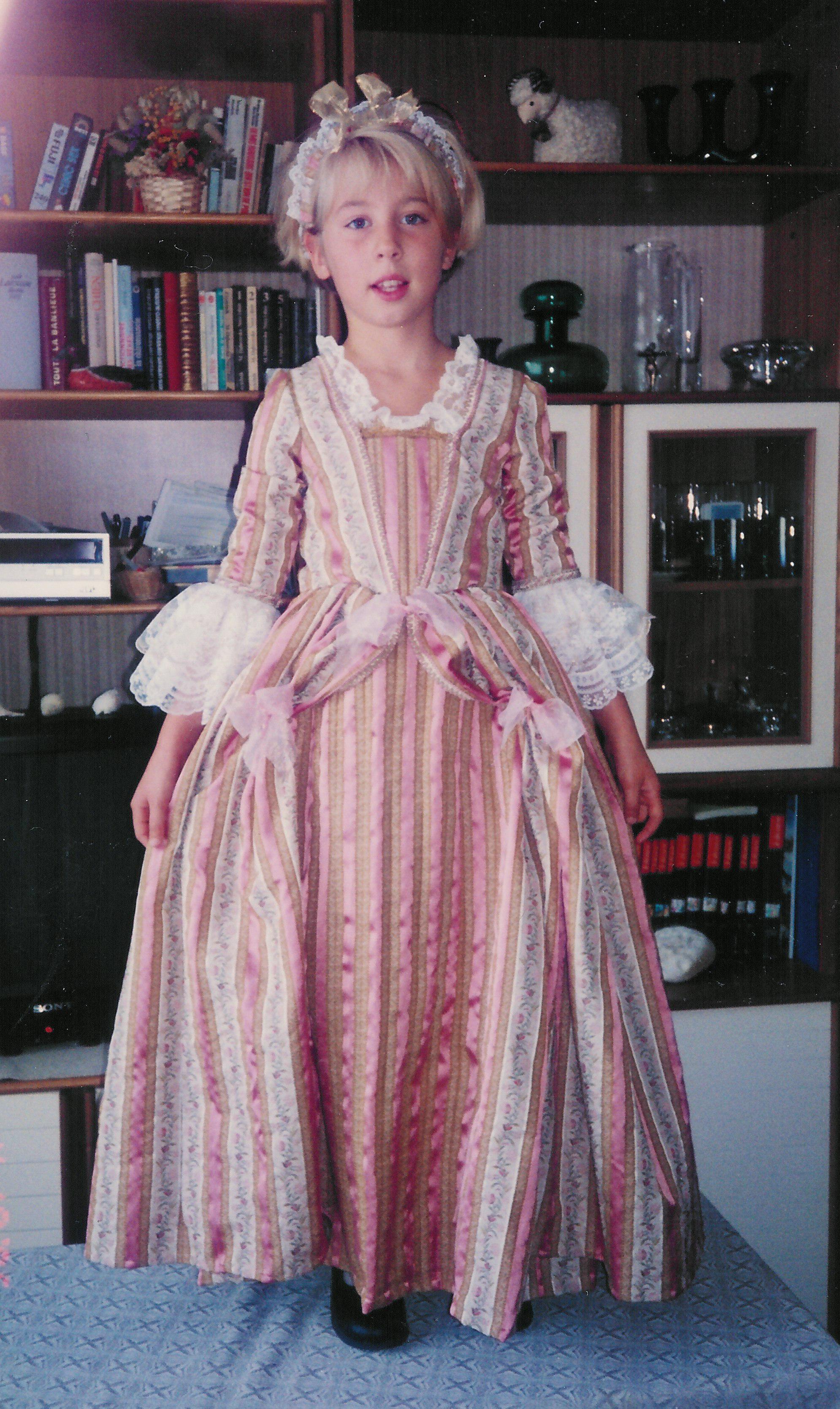 Robe de princesse 18e pour fille rose et dentelles de Calais