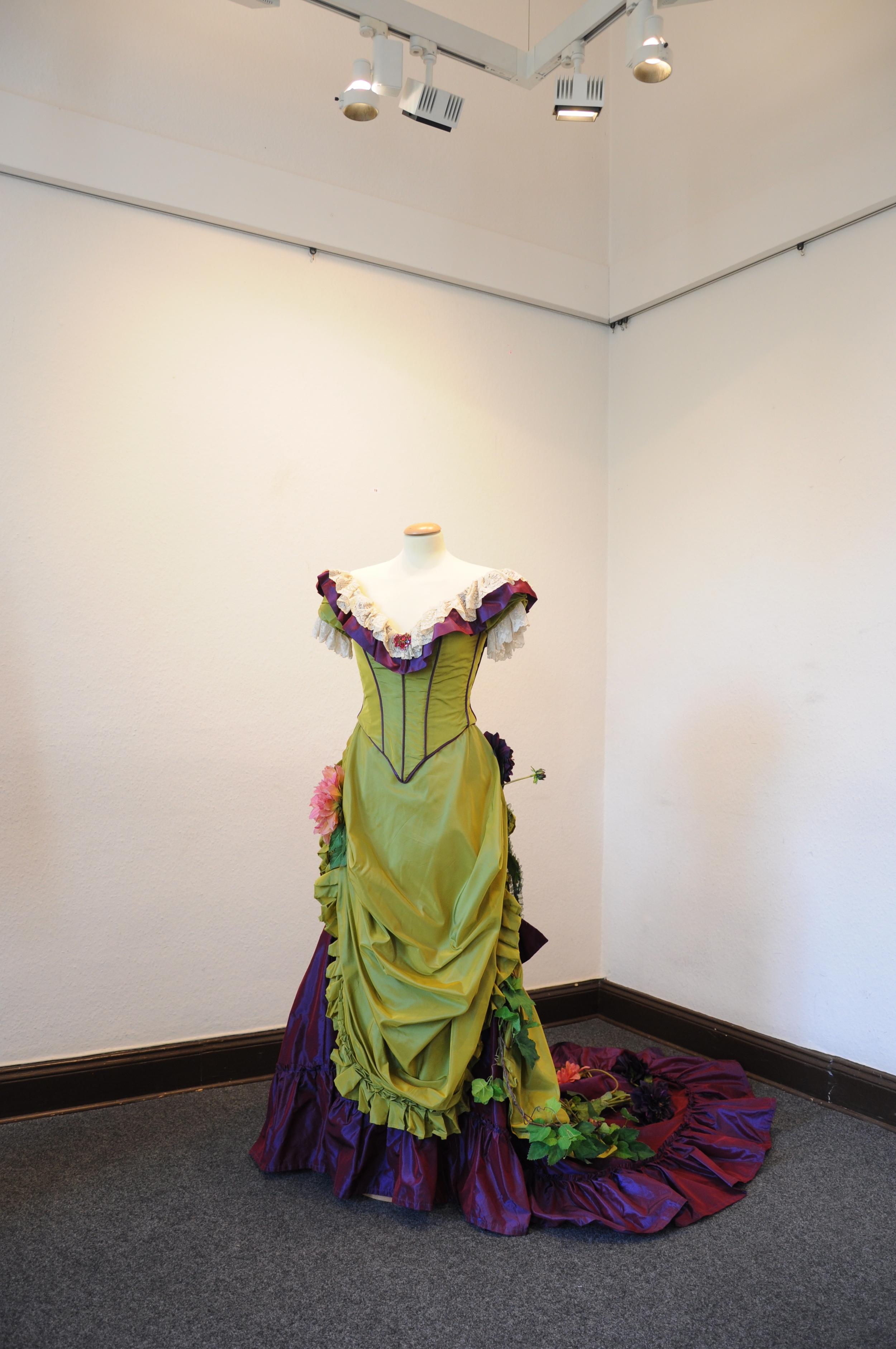 Robe 1880 en taffetas vert anis et prune