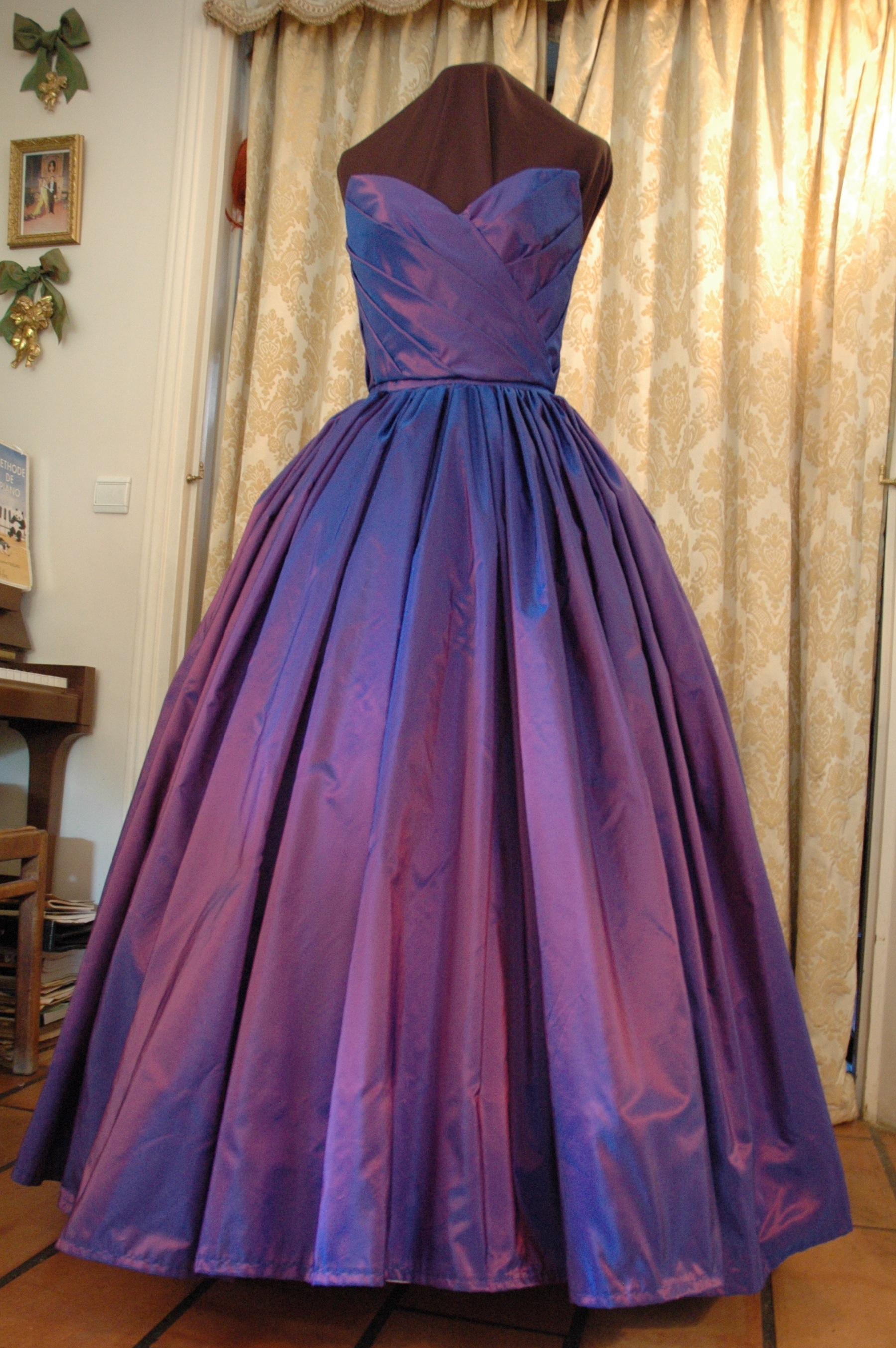 Robe du soir en taffetas changeant violet rose style 1950